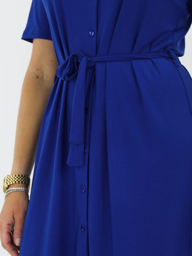 blauwkleurige-travelstof-blouse-jurk-van-angelle-milan-geknoopt-met-koord