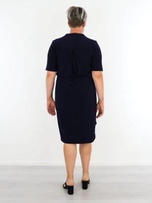 geknoopt-jurkje-van-travelstof-in-marineblauw-met-borstzak-en-koord-van-angelle-milan