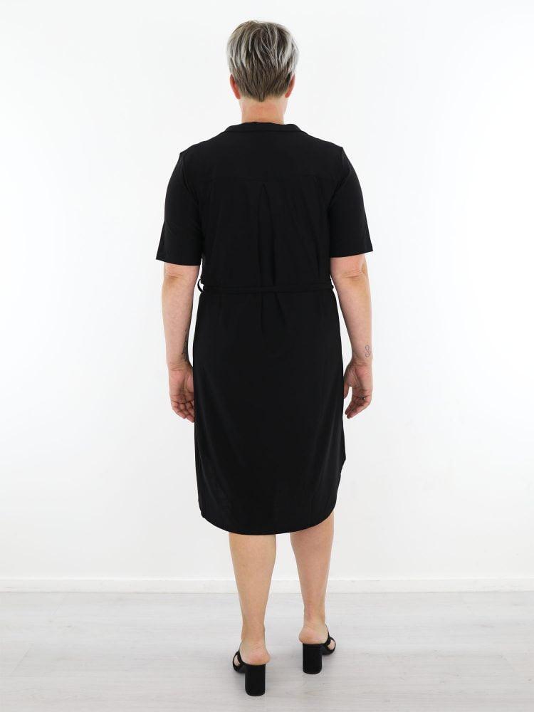 geknoopt-travel-jurkje-in-egaal-zwart-van-angelle-milan