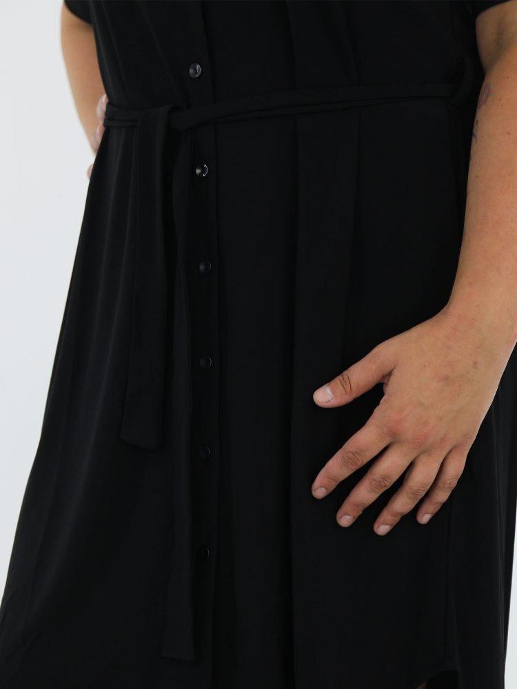geknoopt-travelstof-jurkje-in-zwart-met-borstzak-en-koord-om-de-middel-van-angelle-milan