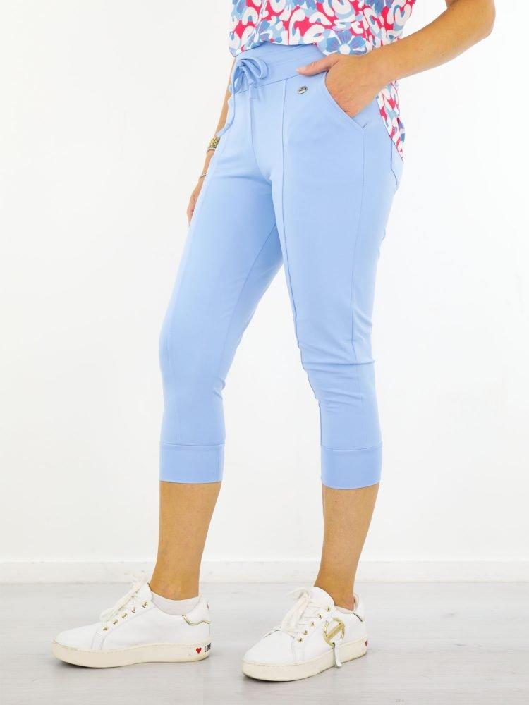 lichtblauwe-travelstof-broek-van-angelle-milan-capribroek