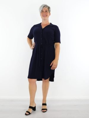 marine-geknoopte-travelstof-jurk-van-angelle-milan