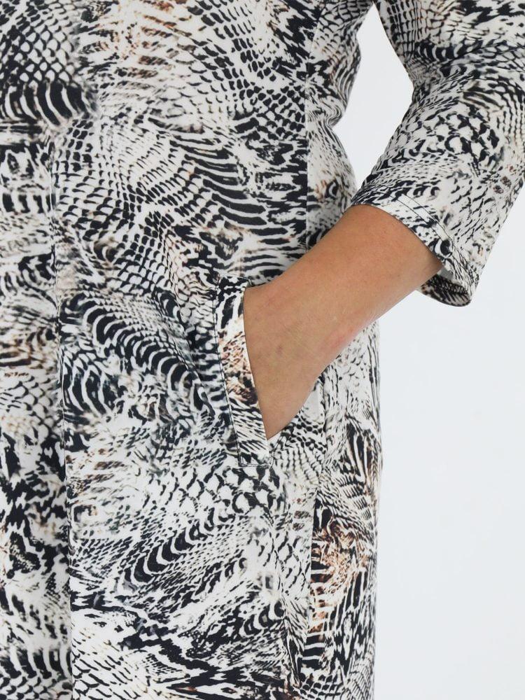 tuniek-van-travelstof-met-slangenprint-in-zwart-en-wit-met-beige-accenten