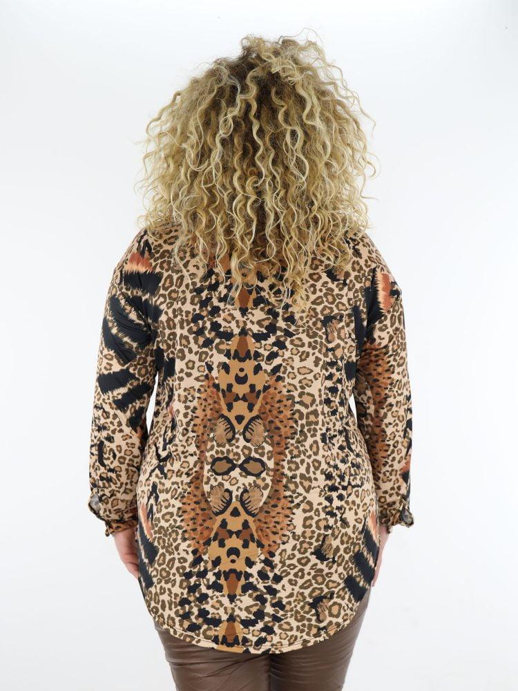 Lange-blouse-van-travelstof-in-beige-met-leopardprint-in-zwart-en-cognac-plus-size