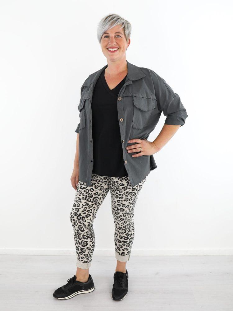 Licht-beige-broek-met-grijs-zwarte-leopardprint
