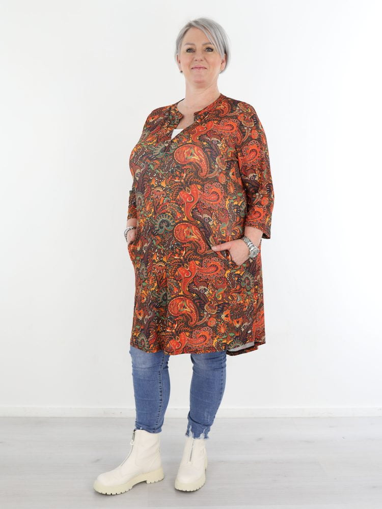 Oranje-travelstof-tuniek-met-bruin-groene-paisley-print-in-grote-maten-angelle-milan