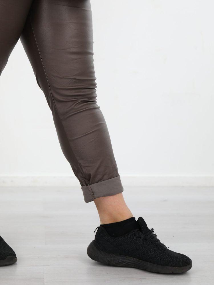 plus-size-PU-broek-bruine-kleur