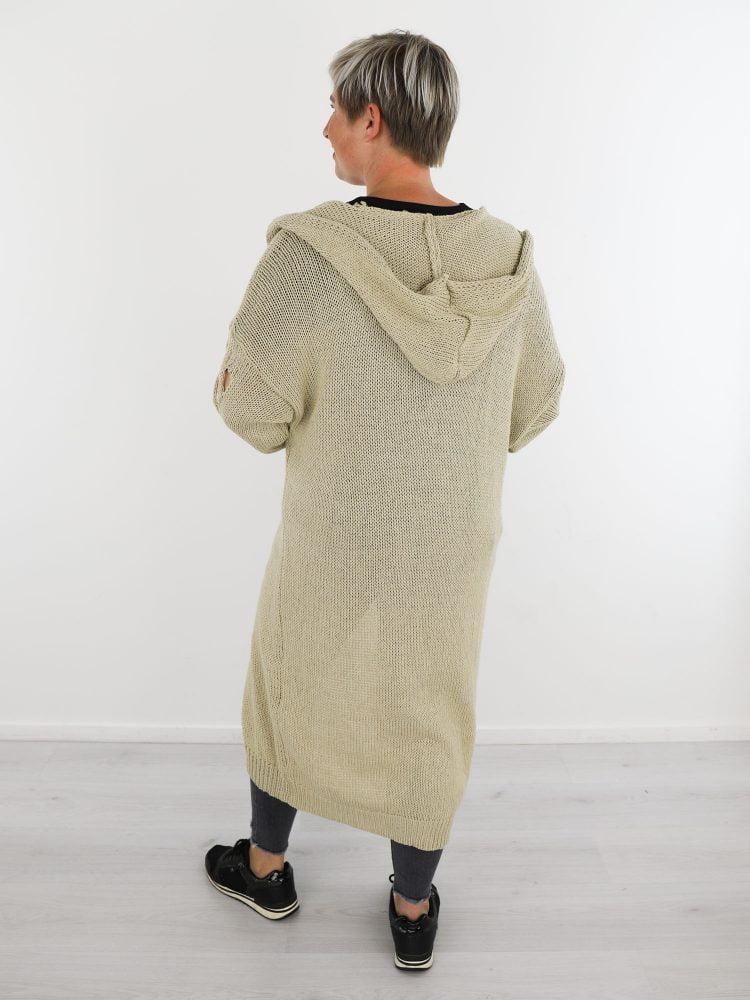 Vest-met-capuchon-en-een-opengehaakte-mouw-in-een-zand-kleur