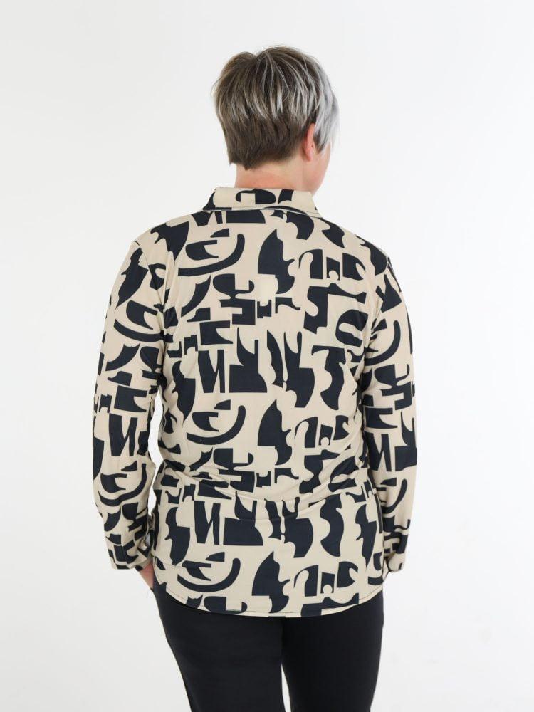 abstracte-blouse-van-travelstof-in-beige-met-zwart-van-angelle-milan