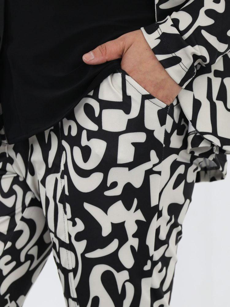 abstracte-broek-van-travelstof-in-een-beige-kleur-met-zwart-van-angelle-milan