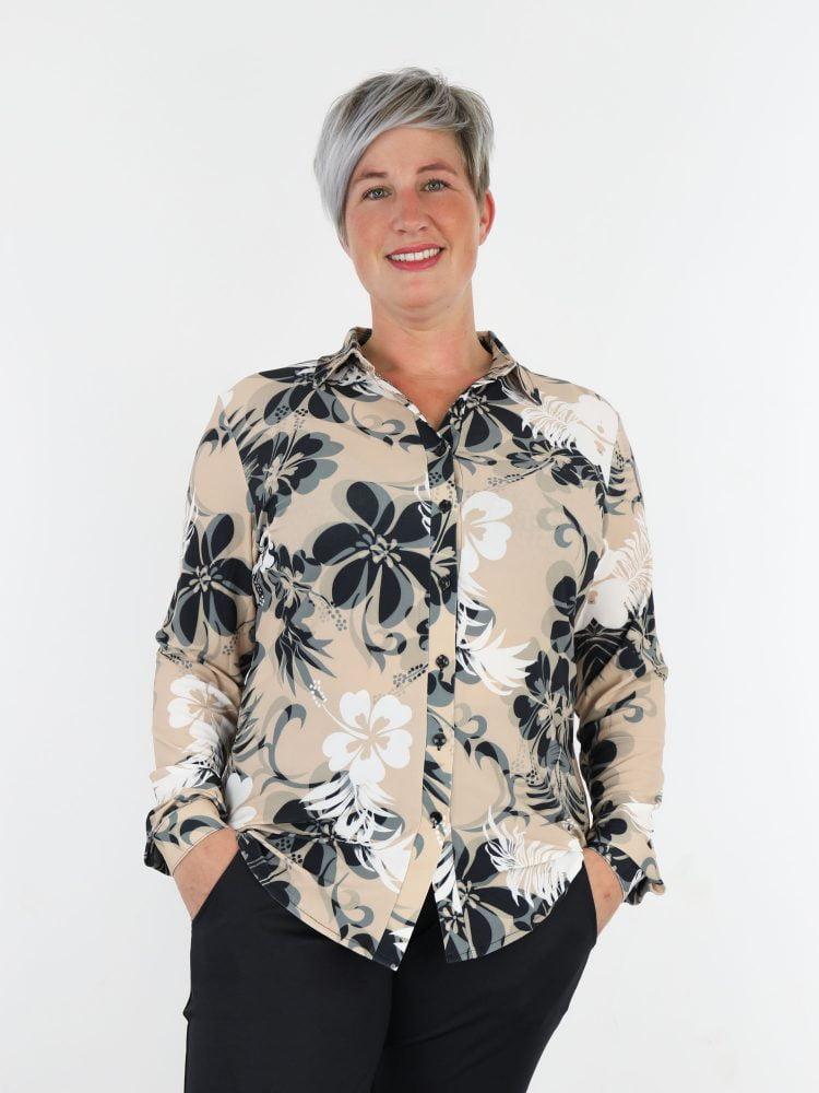 angelle-milan-travelblouse-in-beige-met-bloemen-print-in-antraciet-wit