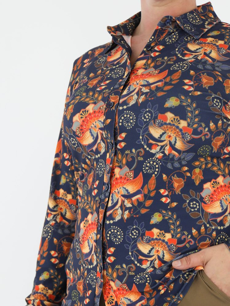 angelle-milan-travelblouse-in-donkerblauw-met-oranje-print