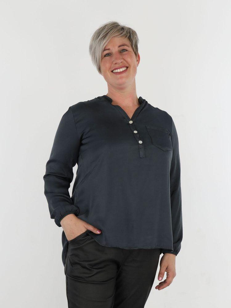 antraciet-blouse-met-v-hals-en-borstzak
