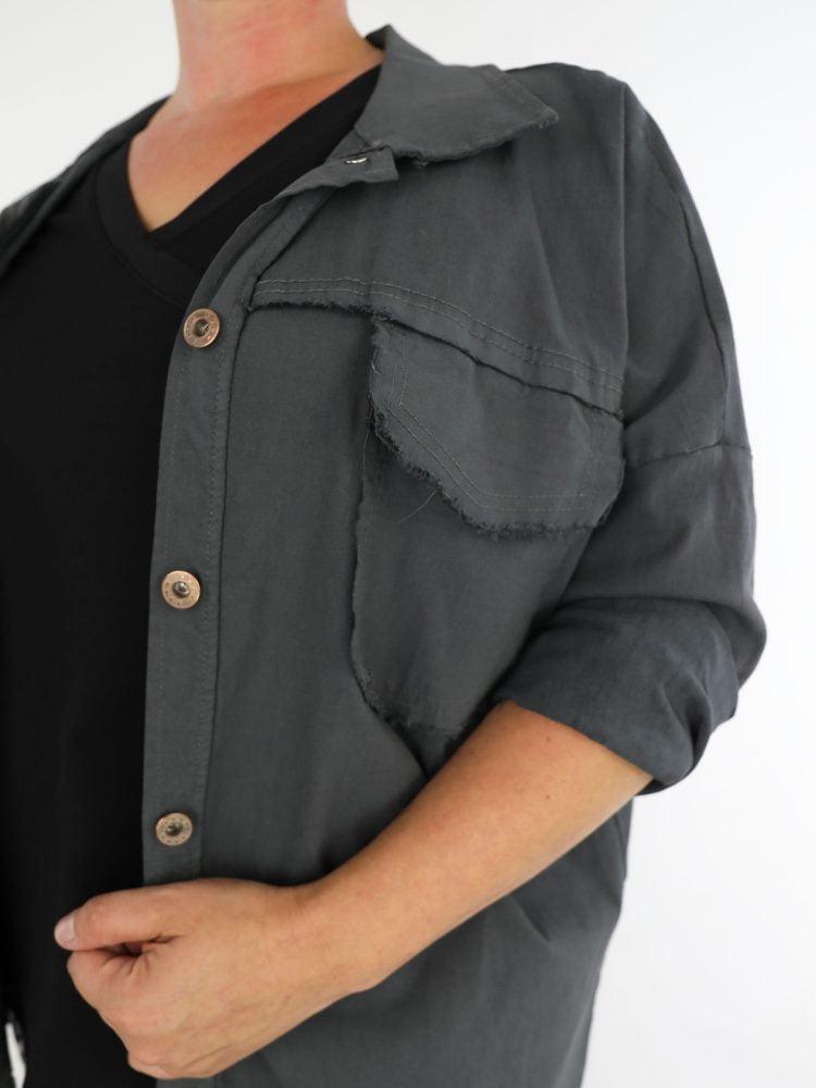 antraciet-kleurige-jacket-met-stretch-en-gerafelde-borstzakken