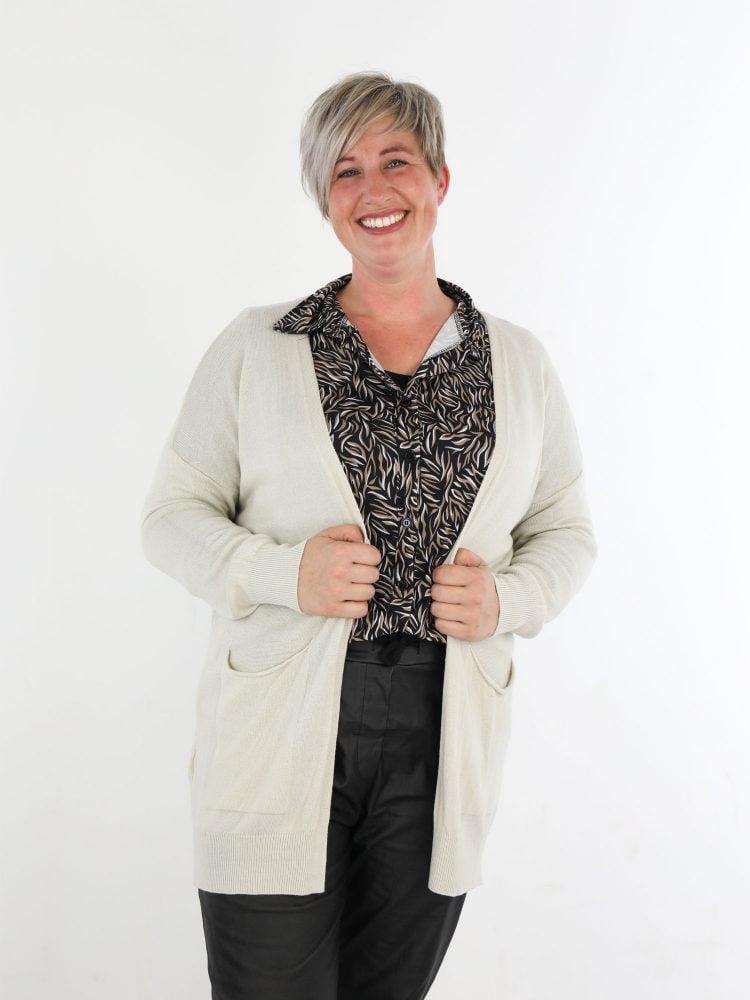 basic-cardigan-vest-met-zakken-in-een-zandkleur