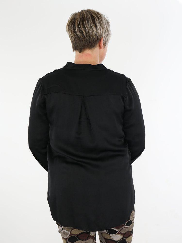 basic-zwart-gekleurde-top-blouse-met-v-hals-en-borstzakje