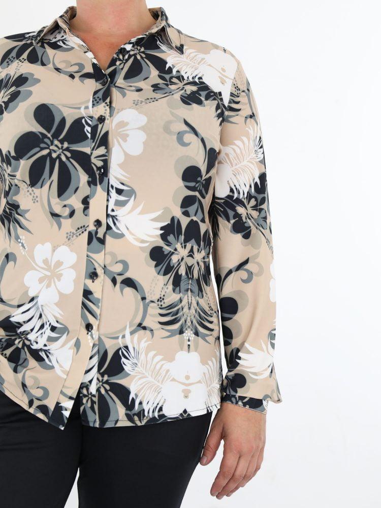 beige-blouse-van-travelstof-met-wit-en-antraciet-gekleurde-bloemenprint-angelle-milan