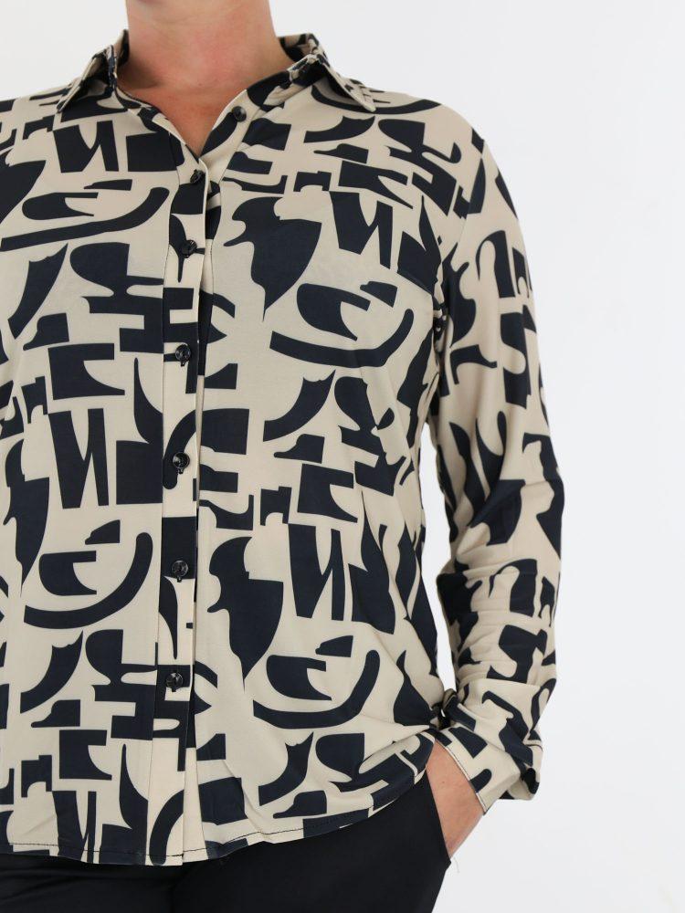 beige-gekleurde-blouse-van-angelle-milan-met-zwart-abstracte-print-van-travelstof