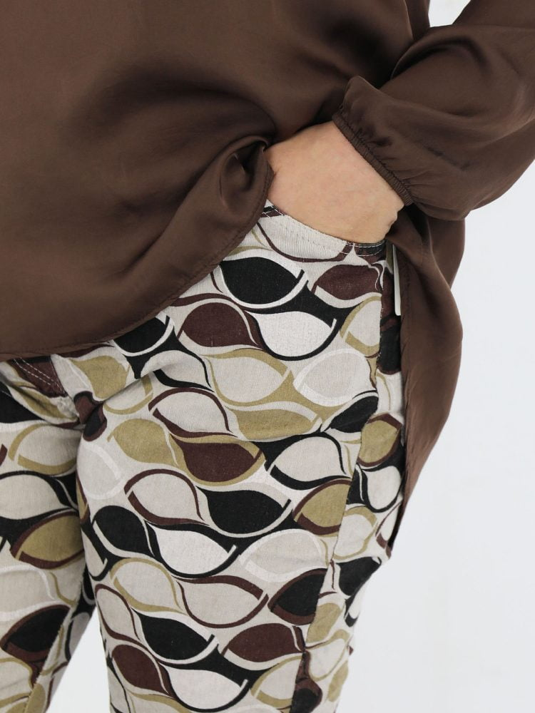 beige-gekleurde-corduroy-broek-met-bruin-zwarte-abstracte-print