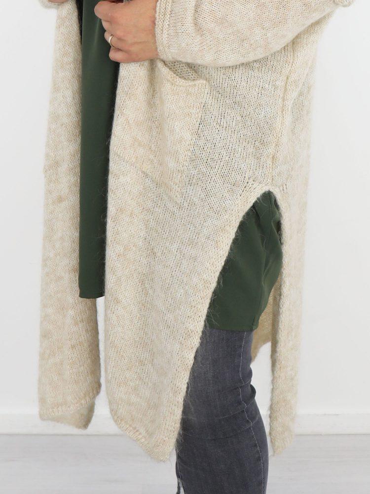 beige-kleurig-vest-lange-variant-met-split-en-praktische-zakken