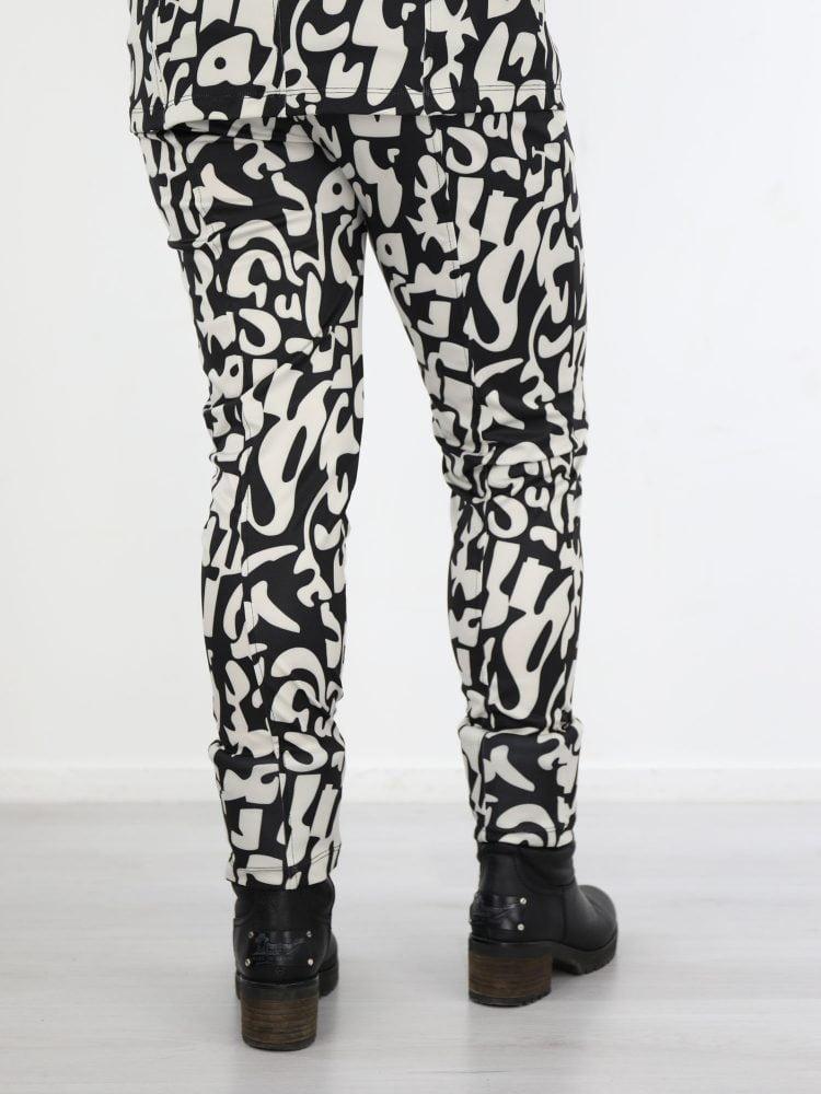 beige-kleurige-travel-broek-met-zwarte-abstracte-print-van-angelle-milan