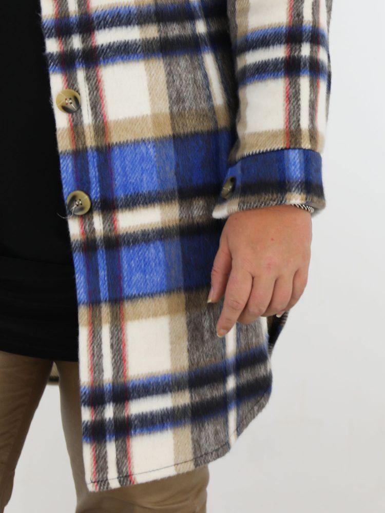 beige-met-blauw-kleurige-lange-blouse-geruit-in-grote-maat