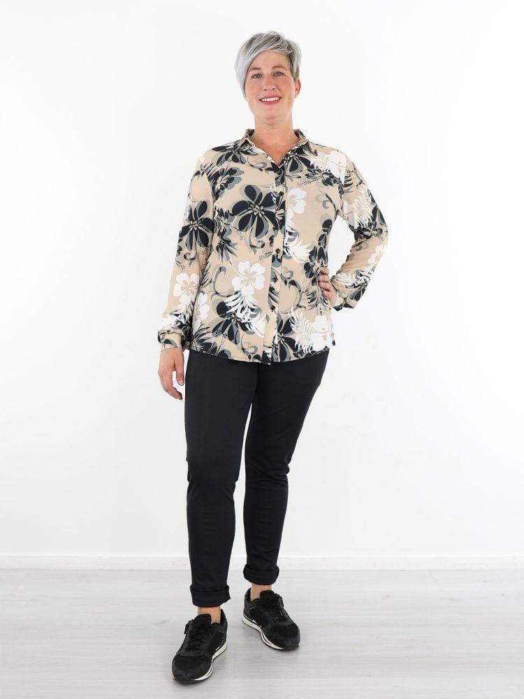 beige-travelstof-blouse-met-antraciet-witte-bloemenprint-van-angelle-milan