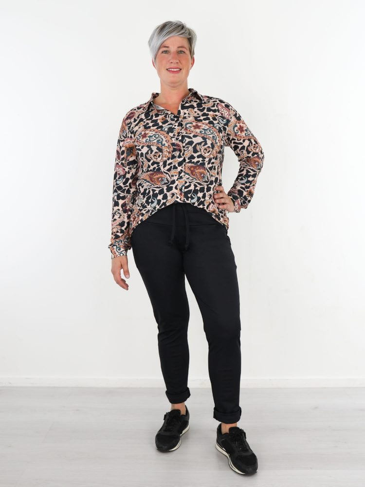 beige-travelstof-blouse-met-multicolor-paisley-print-van-angelle-milan