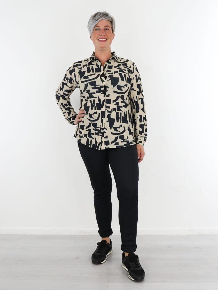 beige-travelstof-blouse-met-zwart-abstracte-print-van-angelle-milan