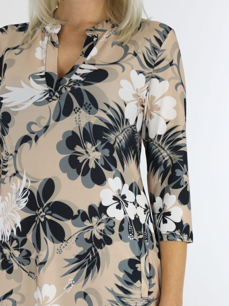beige-travelstof-tuniek-met-bloemenprint