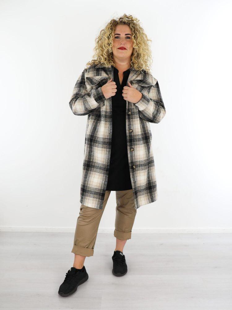beige-zwarte-lang-geruite-blouse-jas-grote-maten