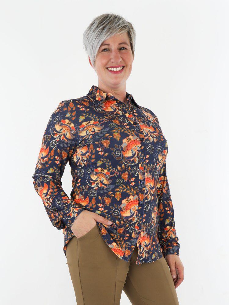 blauw-gekleurde-blouse-van-travelstof-met-oranje-bloemen-print-angelle-milan