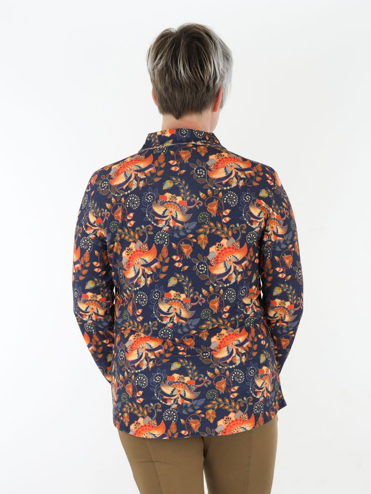 bloemenprint-blouse-van-travelstof-in-een-donkerblauwe-kleur-van-angelle-milan