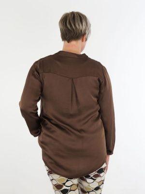 blouse-top-in-een-basic-bruine-kleur-met-v-hals-en-borst-zak