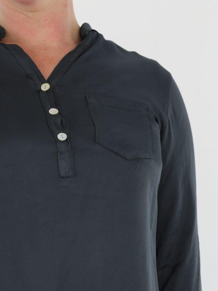 blouse-top-in-een-egale-antraciet-kleur-met-geknoopt-v-halsje-en-borstzak