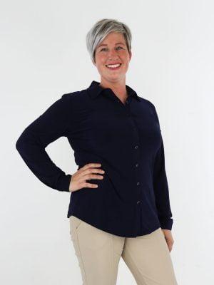 blouse-van-travelstof-in-een-basic-marine-blauwe-kleur-van-angelle-milan