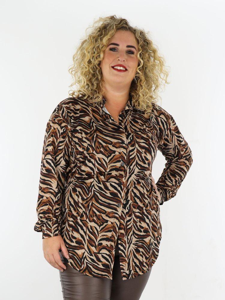 bruin-zwarte-travelstof-lange-blouse-met-abstracte-print-grote-maten