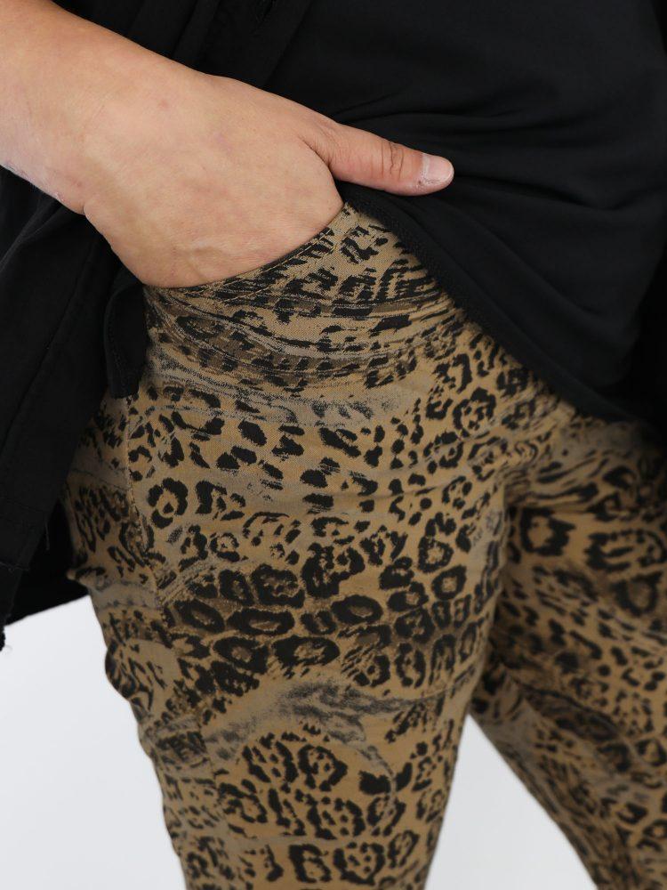 camel-gekleurde-broek-met-zwarte-luipaardprint