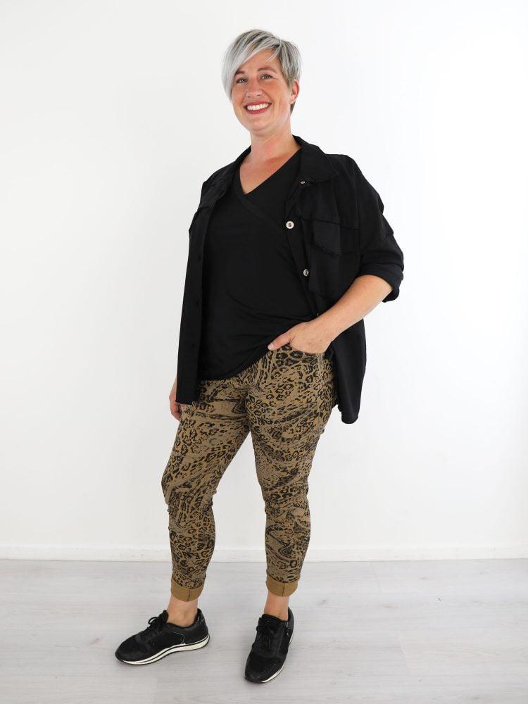 camel-kleurige-broek-met-taupe-zwarte-leopardprint