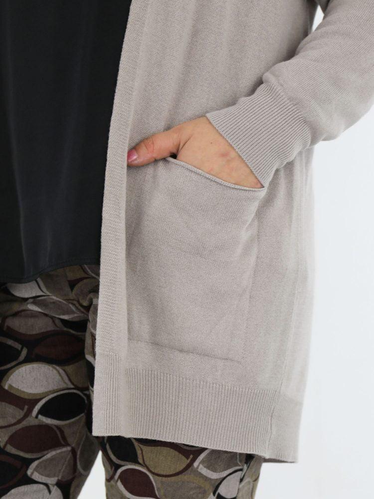 cardigan-met-zakken-in-een-basic-beige-kleur