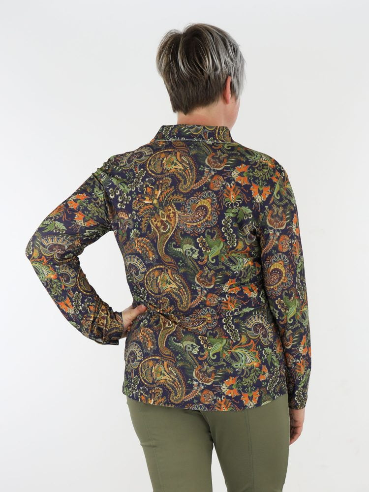 donkerblauw-kleurige-travel-blouse-met-paisleyprint-in-bruin-en-groen-van-angelle-milan