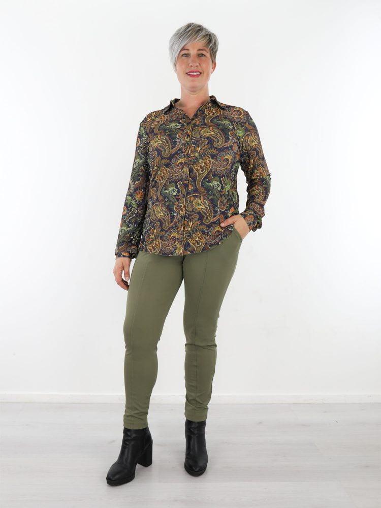 donkerblauwe-travelstof-blouse-met-groen-bruine-paisley-print-van-angelle-milan