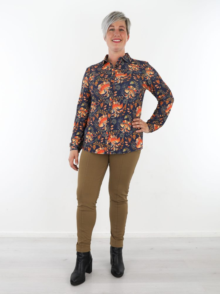 donkerblauwe-travelstof-blouse-met-oranje-bloemenprint-van-angelle-milan