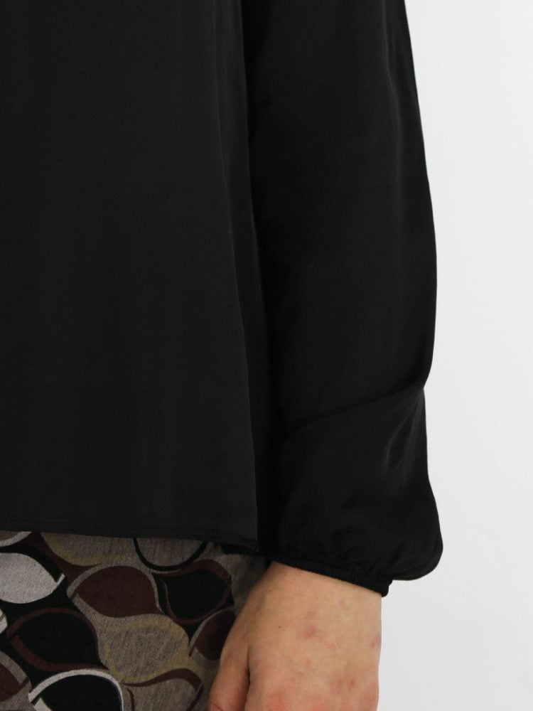 egaal-zwarte-top-blouse-met-subtiel-v-halsje-en-borstzak