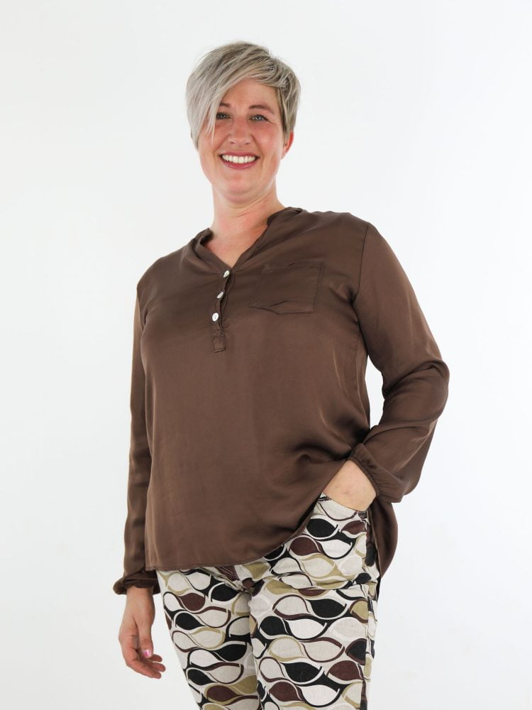 egale-bruin-gekleurde-blouse-top-met-subtiele-v-hals-en-borstzakje