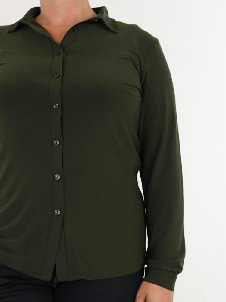 egale-travelstof-blouse-in-army-groen-van-angelle-milan