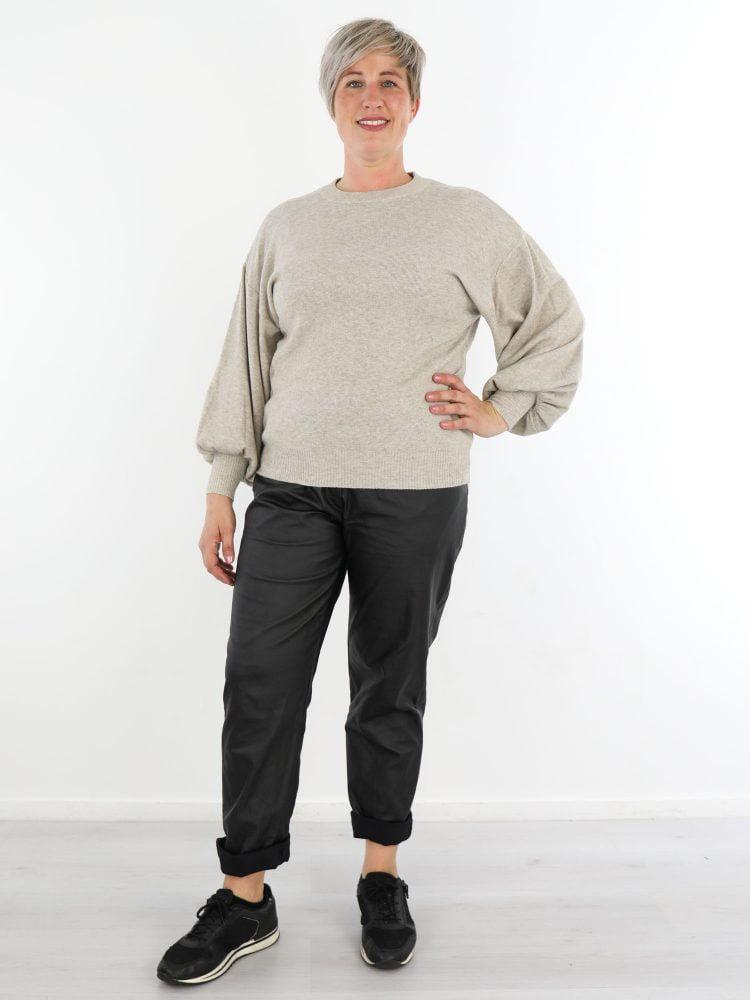 egale-trui-in-een-basic-beige-kleur-met-ballonmouw