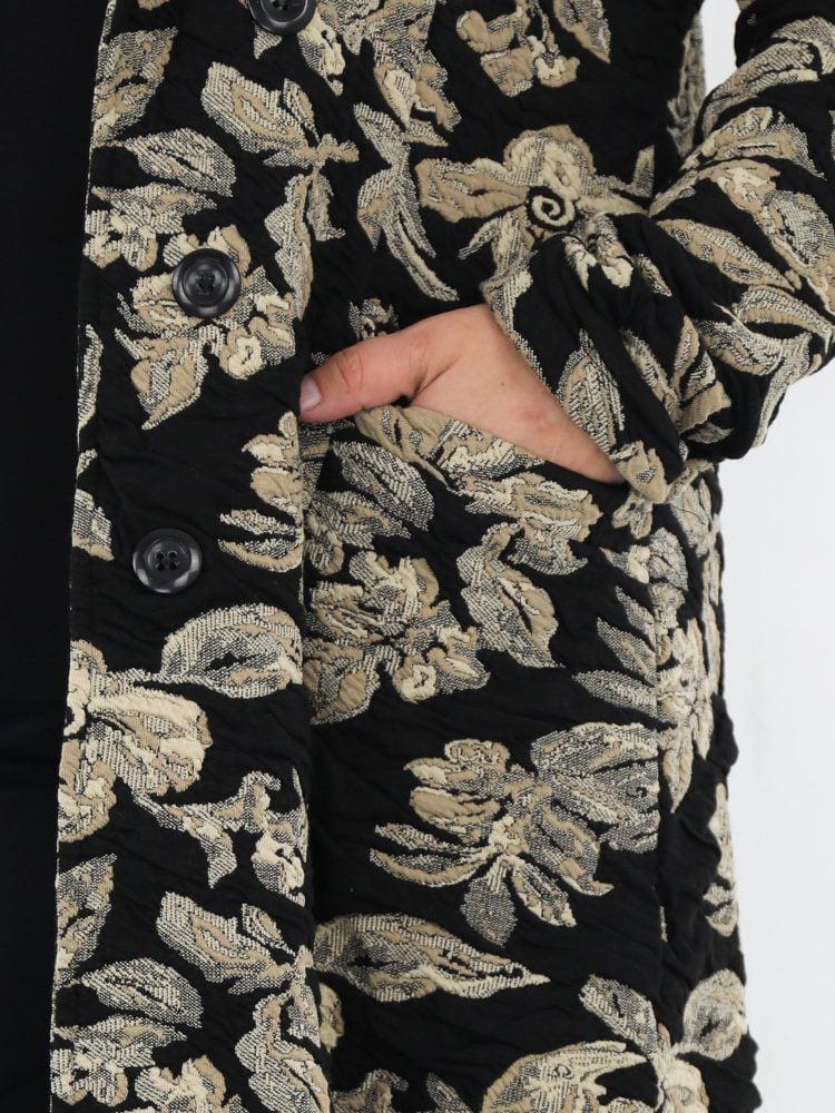 elegante-jas-in-zwart-met-beige-bloemen-print-van-angelle-milan
