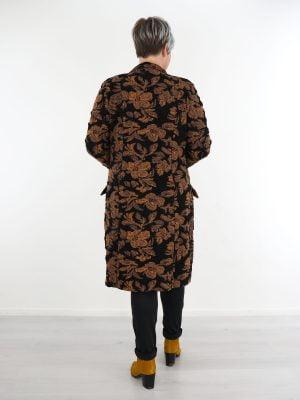 elegante-tussen-jas-in-zwart-met-bloemenprint-cognac-van-angelle-milan