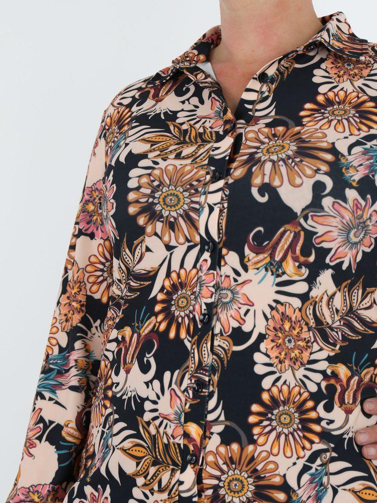 elegante-zwarte-blouse-van-travelstof-met-beige-roze-bloemen-print-van-angelle-milan